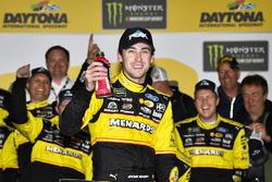 Le vainqueur Ryan Blaney, Team Penske, Menards/Peak Ford Fusion fête sa victoire
