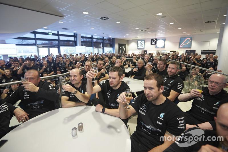 Des membres de l'équipe Mercedes AMG F1