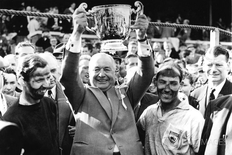 Tony Brooks, Tony Vandervell ve yarış galibi Stirling Moss Vanwall