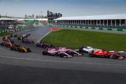 Kimi Raikkonen, Ferrari SF70H y Sergio Pérez, Sahara Force India VJM10 y Esteban Ocon, Sahara Force