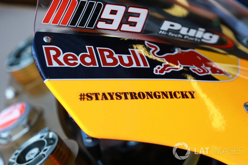 Stay Strong Nicky' Hayden en la moto de Márquez