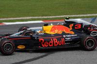 Daniel Ricciardo, Red Bull Racing RB13 battles, Valtteri Bottas, Mercedes-Benz F1 W08