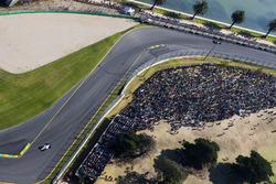 Felipe Massa, Williams FW40, precede Romain Grosjean, Haas F1 Team VF-17