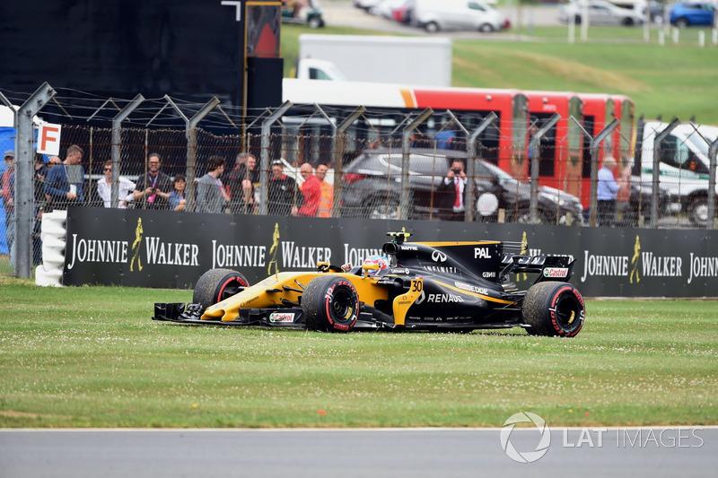 Jolyon Palmer, Renault Sport F1 Team RS17 después de detenerse en la vuelta de calentamiento