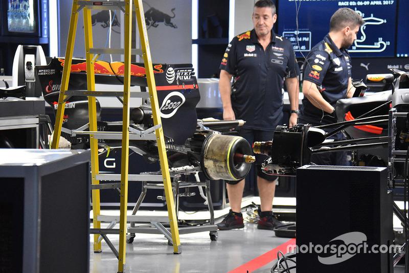 Des mécaniciens Red Bull au travail sur la voiture de Max Verstappen, Red Bull Racing RB13