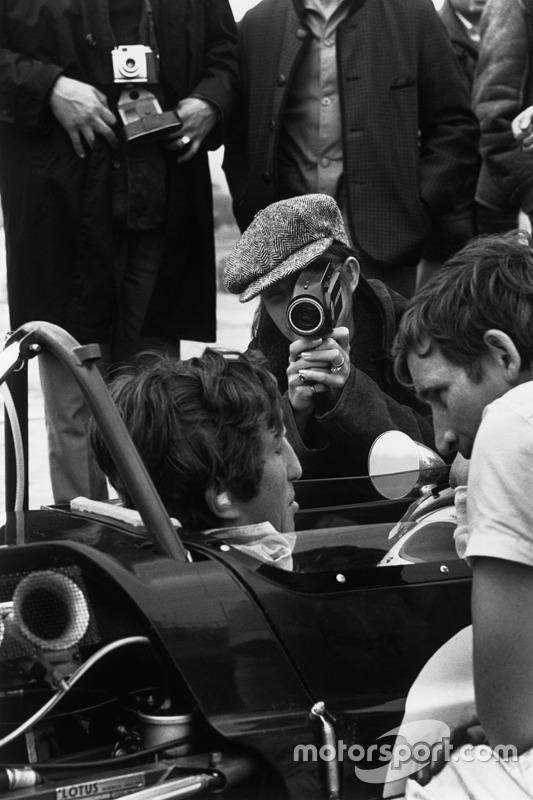 Jochen Rindt, Lotus 49B-Ford Cosworth, mit Ehefrau Nina an der Kamera