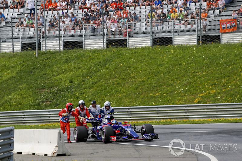 Карлос Сайнс-мол., Scuderia Toro Rosso STR12, після зупинки на трасі