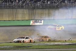 Matt Kenseth, Joe Gibbs Racing Toyota, Daniel Suárez, Joe Gibbs Racing Toyota spin in the front stretch grass