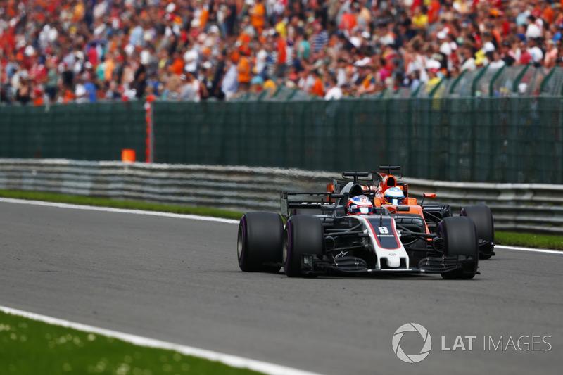 Porém, Alonso sofreu com a falta de potência de seu motor e acabou despencando no pelotão. O espanhol não escondeu sua frustração pelo rádio.