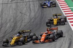 Jolyon Palmer, Renault Sport F1 Team RS17, Stoffel Vandoorne, McLaren MCL32 en lutte pour une position