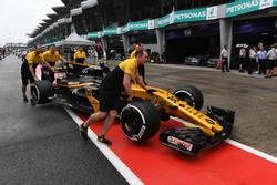 La voiture de Jolyon Palmer, Renault Sport F1 Team RS17 est poussée par des mécaniciens dans la voie des stands