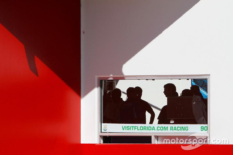Geraje del #90 VisitFlorida.com Racing Multimatic Riley LMP2: Marc Goossens, Renger van der Zande, René Rast