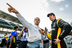 Juan Pablo Montoya, Team Penske Chevrolet talking bersama Simon Pagenaud, Team Penske Chevrolet