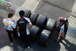 Pirelli-Reifenmachaniker mit Sahara Force India F1 Teammechaniker