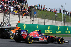 Pascal Wehrlein, Manor Racing MRT05 and Max Verstappen, Scuderia Toro Rosso STR11 battle for positio