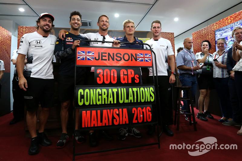 إحتفالات جنسن باتون، مكلارين هوندا بسباقه ال300 فى الفورمولا1 مع دانيال ريكاردو، ريد بُل وستوفيل فاندورن، سائق الإختبارات بمكلارين هوندا