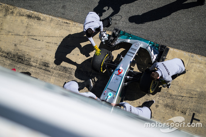 El Mercedes AMG F1 W07 Hybrid de Nico Rosberg, Mercedes AMG F1 en los pits