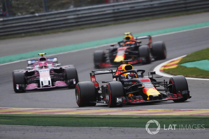 Daniel Ricciardo, Red Bull Racing RB14, devant Esteban Ocon, Racing Point Force India VJM1, et Max Verstappen, Red Bull Racing RB14