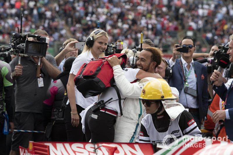 Lewis Hamilton, Mercedes AMG F1 y Angela Cullen, PA, fisio y entrenadora celebran en el parque.