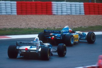 Michael Schumacher, Benetton B195 leads Damon Hill, Williams FW17B