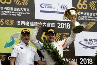 Podium: #42 BMW Team Schnitzer BMW M6 GT3: Augusto Farfus met Charly Lamm, Teambaas BMW Team Schnitzer