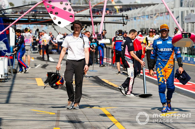 Carlos Sainz Jr., McLaren, dans la voie des stands