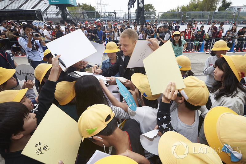 Valtteri Bottas, Mercedes AMG F1, meets some young fans in the pits