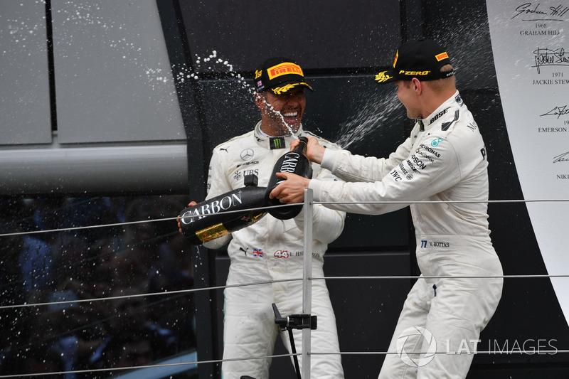Ganador de la carrera Lewis Hamilton, Mercedes AMG F1 y Valtteri Bottas, Mercedes AMG F1 celebran en el podio con el champagne