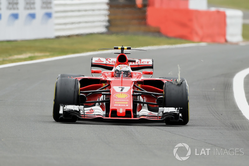 Kimi Raikkonen, Ferrari SF70H con un neumático dañado