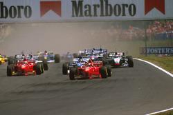 Michael Schumacher, Ferrari F310B, Damon Hill Arrows A18 Yamaha et Eddie Irvine, Ferrari F310B