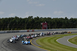 Takuma Sato, Andretti Autosport Honda, Simon Pagenaud, Team Penske Chevrolet, Start