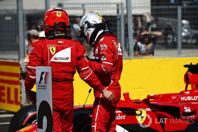 Entradas de primera fila y el ganador de la pole Sebastian Vettel, Ferrari, con Kimi Raikkonen, Ferrari