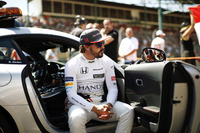 Fernando Alonso, McLaren, dans le Safety Car