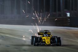 Nico Hulkenberg, Renault Sport F1 Team RS17, kıvılcım saçıyor
