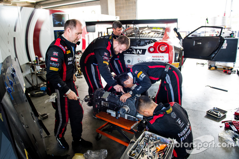 #23 Nissan Motorsport, Nissan GT-R Nismo GT3, getting repaired