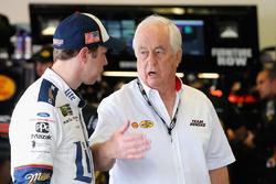 Brad Keselowski, Equipo Penske Ford, habla con el propietario del equipo Roger Penske en la zona de