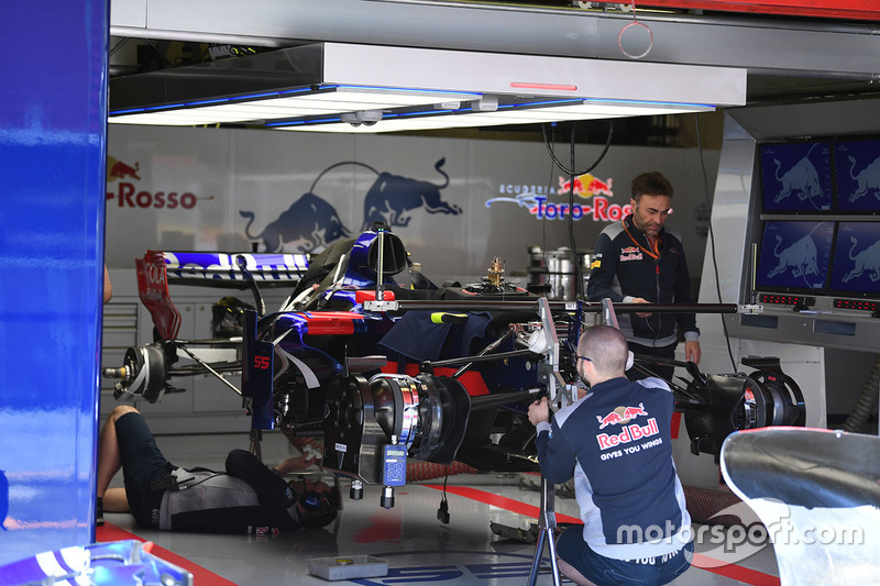 Scuderia Toro Rosso STR12 в гараже