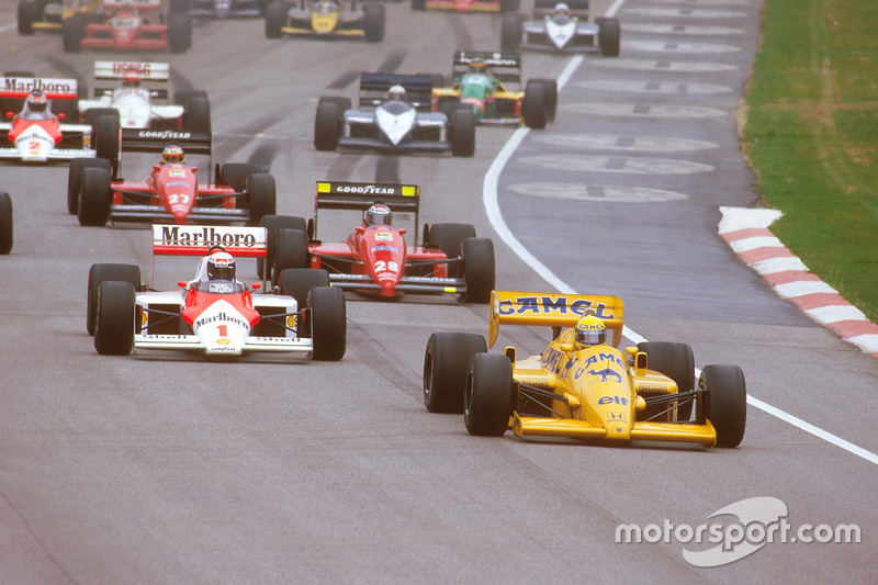 Ayrton Senna, Lotus 99T Honda, lidera a Alain Prost, McLaren MP4/3 TAG Porsche, y Gerhard Berger, Ferrari F187, at the start