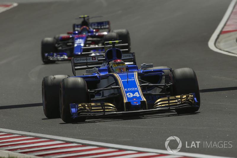 Pascal Wehrlein, Sauber C36, Carlos Sainz Jr., Scuderia Toro Rosso STR12