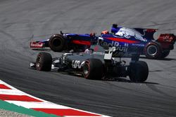 Romain Grosjean, Haas F1 Team VF-17, avec une crevaison à l'avant alors que Daniil Kvyat, Scuderia Toro Rosso STR12 part en tête-à-queue