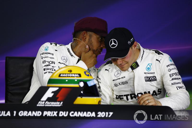 Гонщик Mercedes AMG F1 Льюис Хэмилтон, шлем Айртона Сенны и пилот Mercedes AMG F1 Валттери Боттас