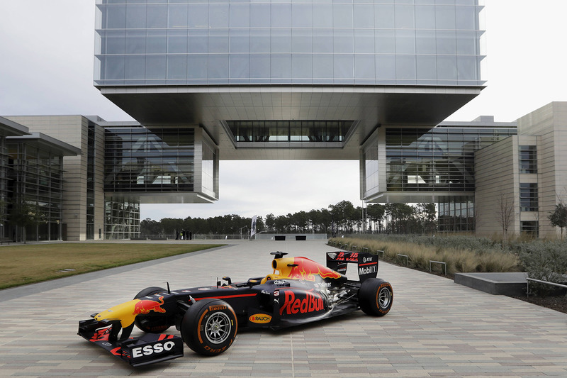 Red Bull RB7 bij het hoofdkantoor van ExxonMobil