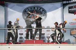 Podio ST clase: ganadores de la carrera #56 Murillo Racing Porsche Cayman: Jeff Mosing, Eric Foss, segundo lugar #93 HART Honda Civic Si: Chad Gilsinger, Ryan Eversley, tercer lugar #19 RS1 Porsche Cayman: Greg Strelzoff, Connor Bloum