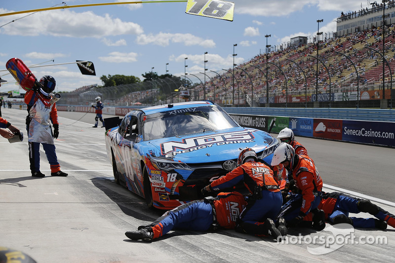 Kyle Busch, Joe Gibbs Racing Toyota, pit action