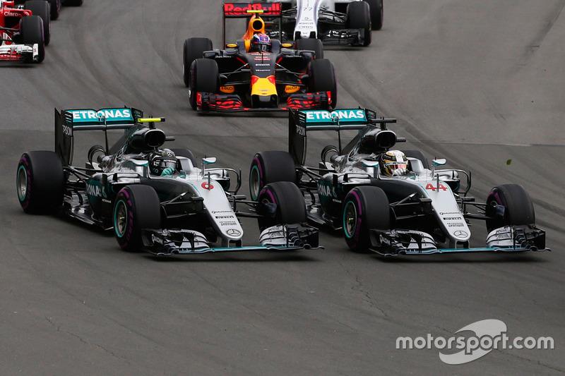 Льюїс Хемілтон, Mercedes AMG F1 W07 Hybrid та товариш по команді Ніко Росберг, Mercedes AMG F1 W07 Hybri, на старті гонки