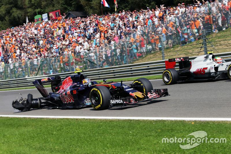 Карлос Сайнс мл, Scuderia Toro Rosso STR11 с проколом и поврежденной машиной