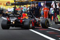 Daniel Ricciardo, Red Bull Racing RB14, revient au stand