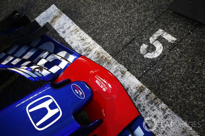 El coche de Pierre Gasly, Toro Rosso STR13 Honda, en la parrilla