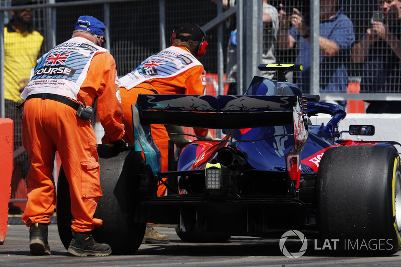 Les commissaires déplacent la voiture de Pierre Gasly, Toro Rosso STR13