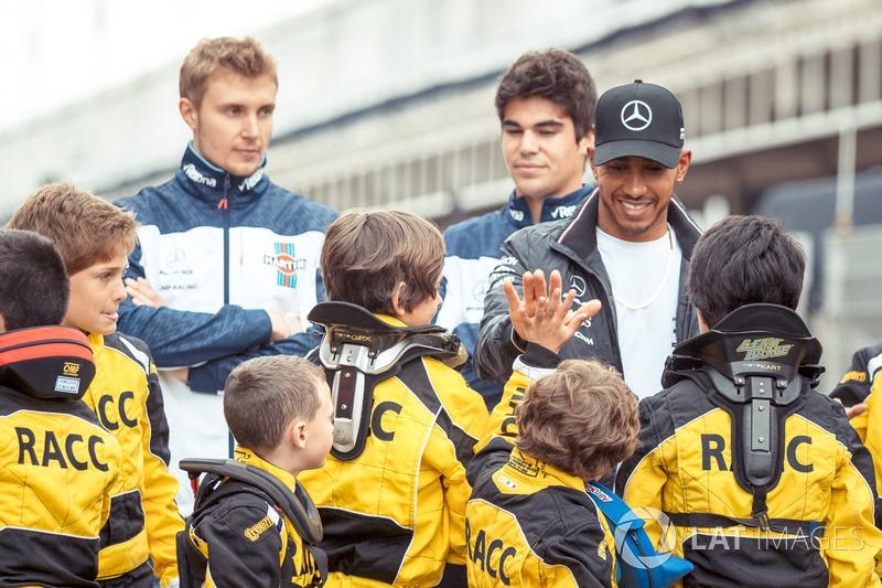 Lewis Hamilton, Mercedes-AMG F1 y  Sergey Sirotkin, Williams and Lance Stroll, Williams con jóvenes pilotos de Kart de RACC